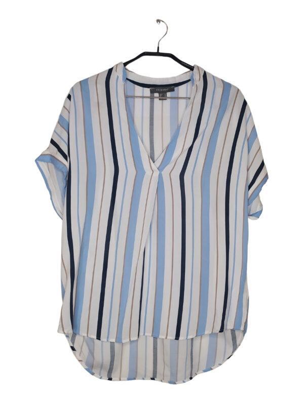 Biała bluzka koszulowa w paski w stonowanych kolorach.