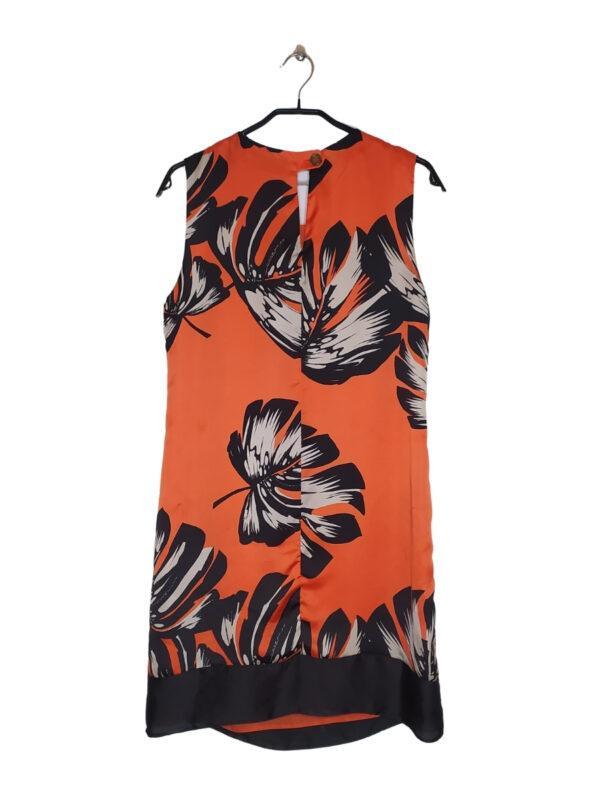 Łososiowa sukieneka z nadrukiem w liście. Zapinana na guzik z tyłu.