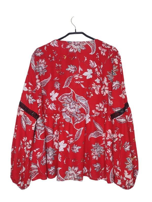 Czerwona przewiewna bluzka w kwiatowe wzory. Wiązanie w dekolcie.