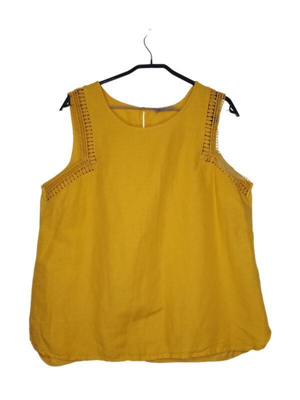 Musztardowa bluzka na naramkach. Przy ramionach ozdobne koronkowe wykończenie.