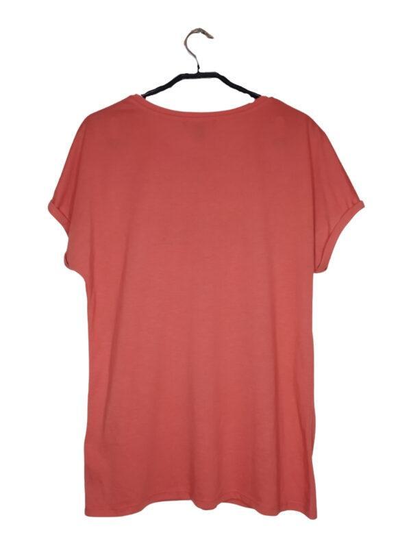 """Różowa bluzka z wyszytym napisem """"not ordinary""""."""