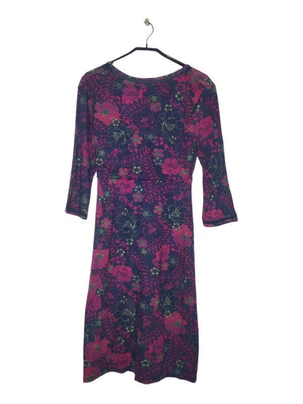 Fioletowa długa sukienka w różowe kwiaty. Rękawy do łokci