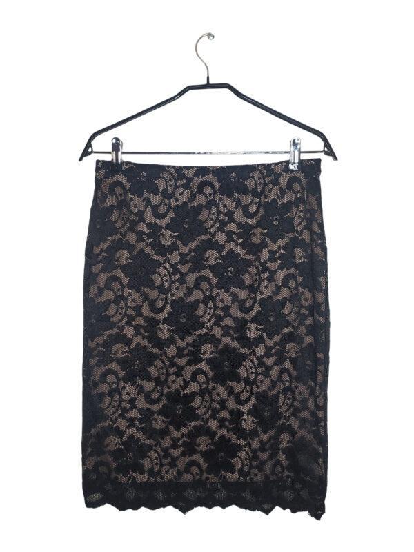 Czarna koronkowa spódniczka z kremową podszewką.