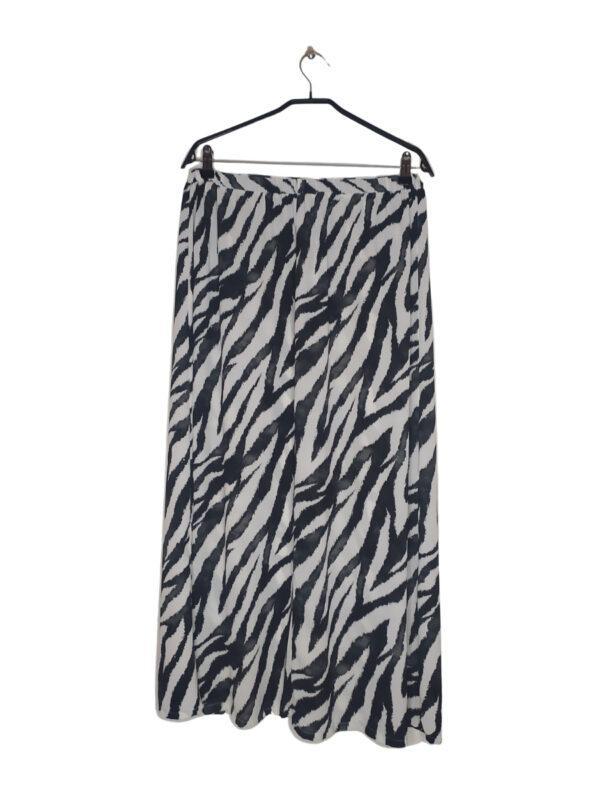 Czarno-biała spódnica z motywem zebry. Ma rozcięcie na prawej nodze. Lekka i przewiewna.