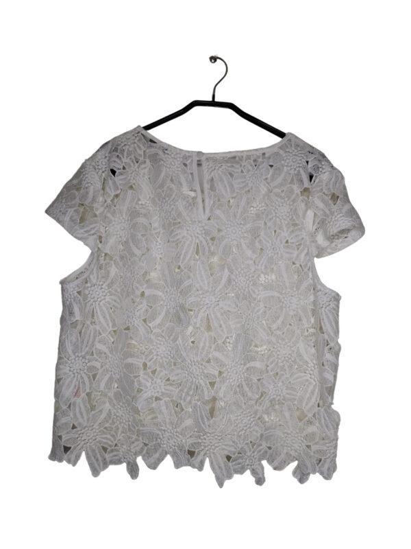 Biała bluzka z kwiatowej koronki.