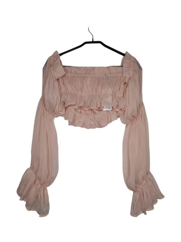 Różowa tiulowa bluzka z bufiastymi rękawami.