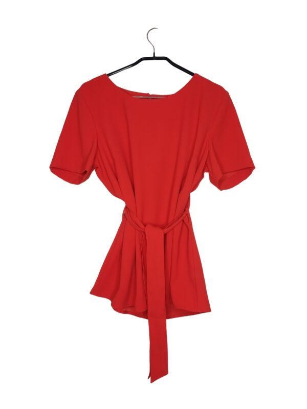 Czerwona bluzka wiązana w pasie. Zapinana na guzik z tyłu.