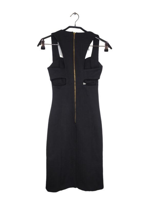 Czarna sukienka dopasowana do ciała. Ozdobne wycięcia (pod biustem i z tyłu). Zapinana na zamek.