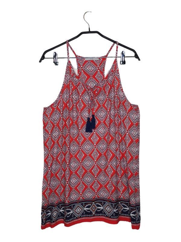 Długa letnia czerwona sukienka na naramkach w białe wzory w stylu Boho. Ozdobne wiązanie z przodu.