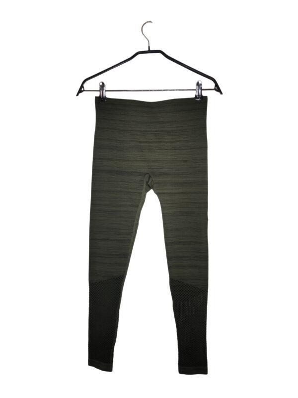 Zielono-czarne melanżowe legginsy sportowe. Przy łydce materiał siatkowany.