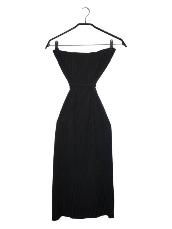 Czarna sukienka bez ramiączek. Ozdobny pasek pod dekoltem. Rozcięcie przy nodze