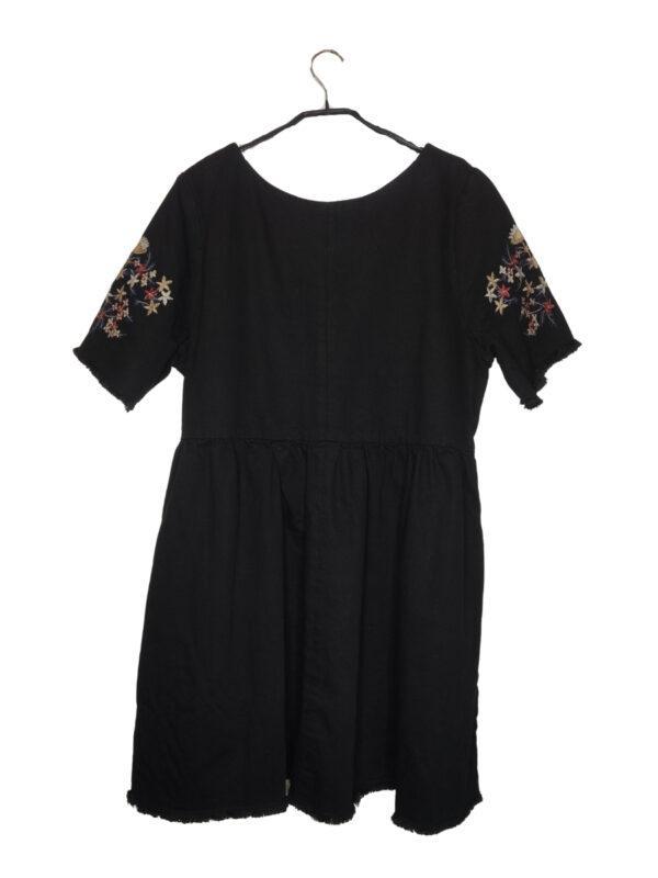 Czarna jeansowa sukienka z kwiatowym haftem na ramionach i dekolcie.