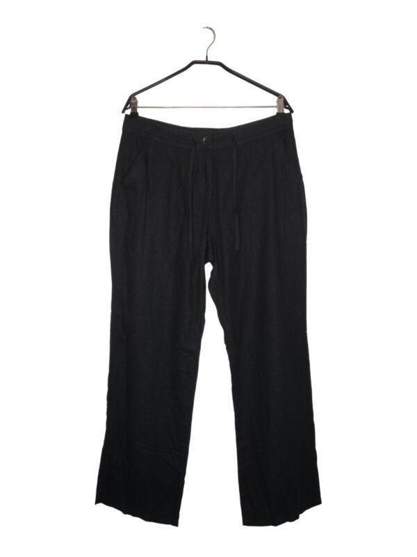 Ciemne spodnie z lekkiego i przewiewnego materiału. Zapinane na guzik i zamek. Dodatkowa regulacja w pasie za pomocą sznurka.
