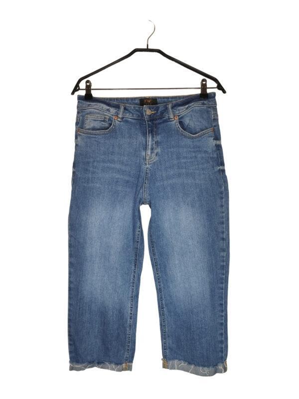 Spodenki jeansowe za kolano. Zapinane na guzik i zamek.