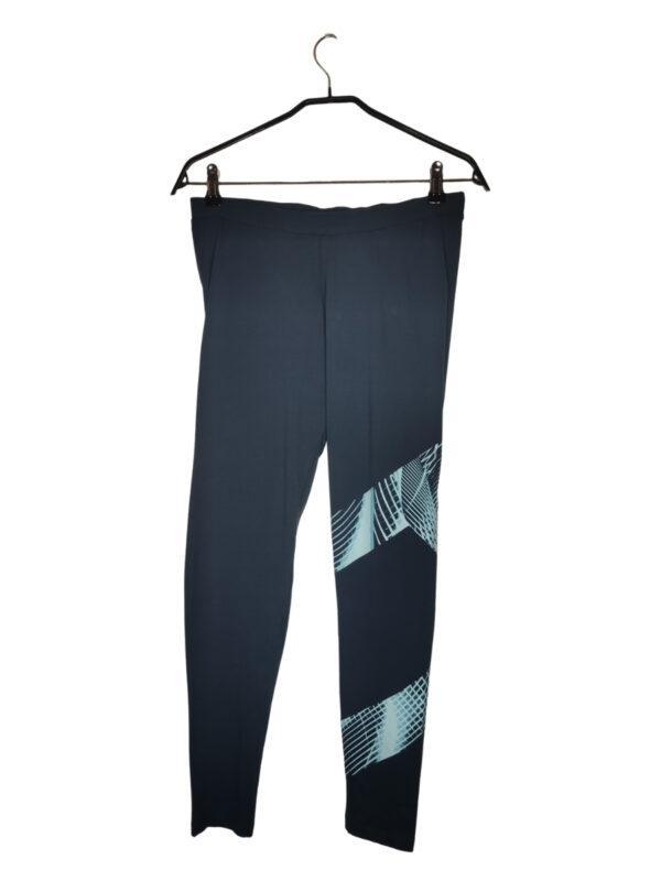 Granatowe legginsy sportowe z niebieskimi wzorami na lewej nogawce.