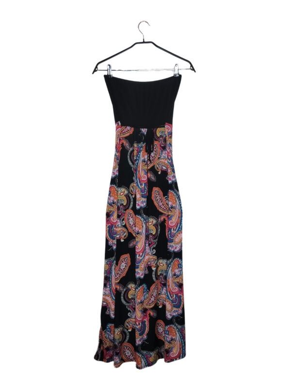 Czarna sukienka w barwne wzory paisley. Wiązana pod biustem.