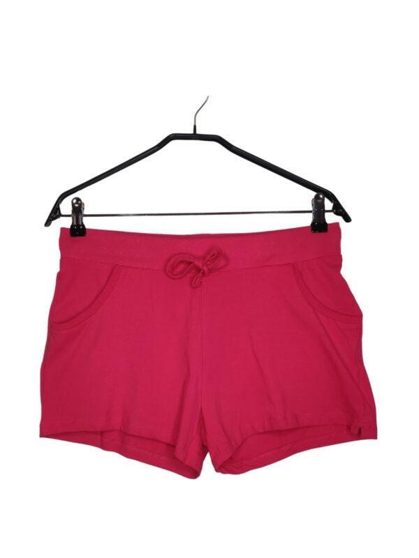 Różowe krótkie spodenki sportowe. Wiązane w pasie. Lekko poplamione na prawej nogawce.