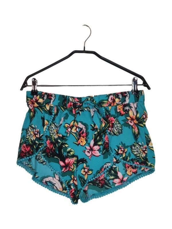 Krótkie spodenki idealne na lato w morskim kolorze. Hawajski, barwny wzór. Ozdobne wiązanie w pasie.