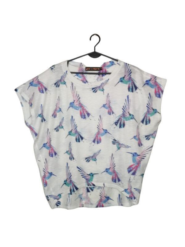 Biała bluzka w kolorowe kolibry. Ozdobione cekinami.