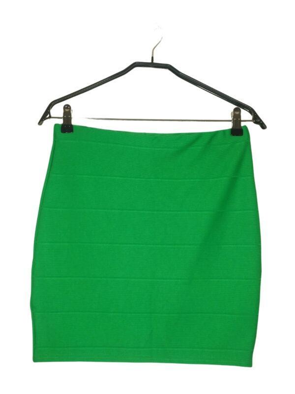 Zielona prążkowana spódniczka mini. Jest rozciągliwa, ale wymiary w pasie to 36 cm.