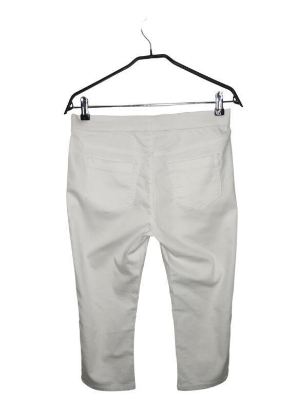 Białe rozciągliwe spodnie rybaczki (nogawki 3/4). Gdzieniegdzie są malutkie, ledwo widoczne plamki (trzeba się przypatrzeć ;)). Imitacja kieszeni z przodu.