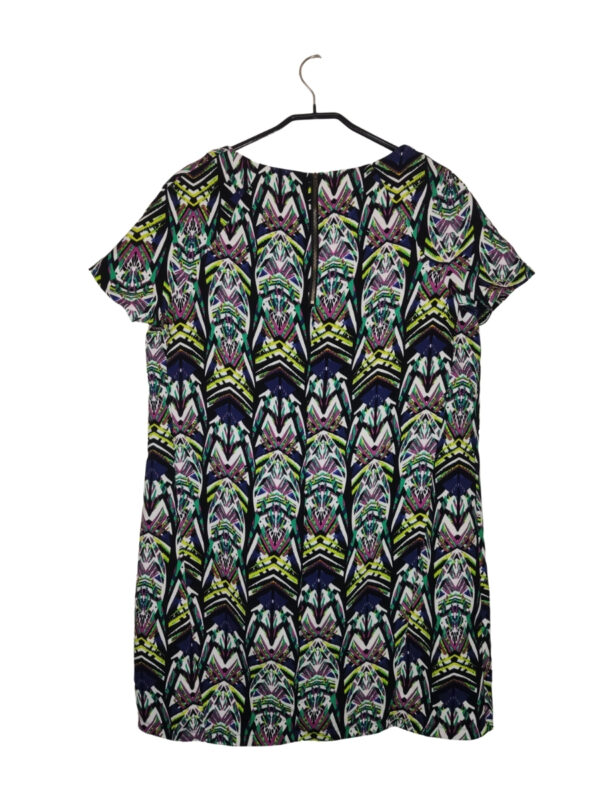 Sukienka we wzory w neonowych kolorach. Zapinana na zamek z tyłu.