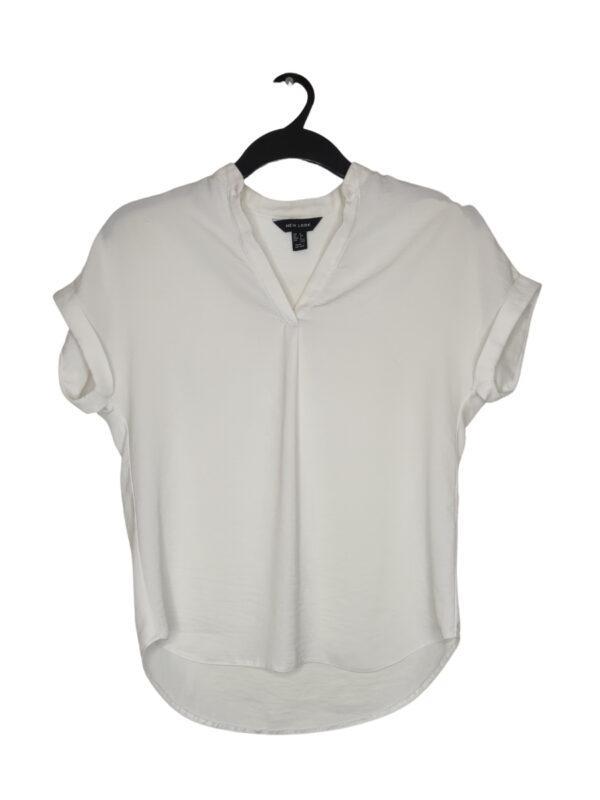 Biała koszulka z wycięciem w dekolcie. Gdzieniegdzie są malutkie, ledwo widoczne plamki (trzeba się przypatrzeć ;)).