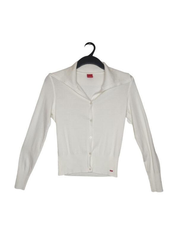 Biały sweter zapinany na guziki. Możliwość zapięcia golfu.