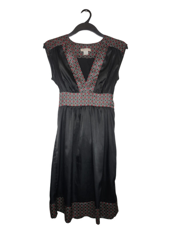 Czarna sukienka z wzorzystymi wykończeniami. Wiązana z tyłu.