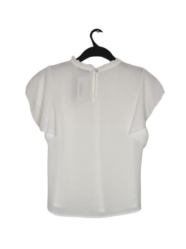 Biała elegancka bluzka z falbanką przy dekolcie. Zapinana na guzik z tyłu.