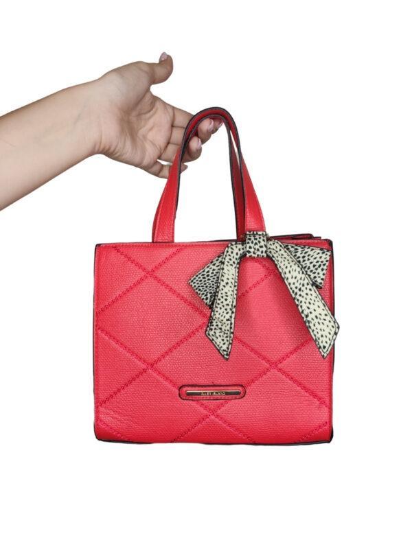 Czerwona torebka z imitacją skóry. Ozdobna kokardka przy rączce.