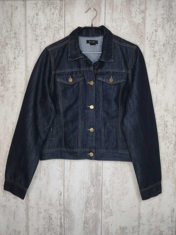 Ciemna jeansowa kurtka zapinana na guziki.