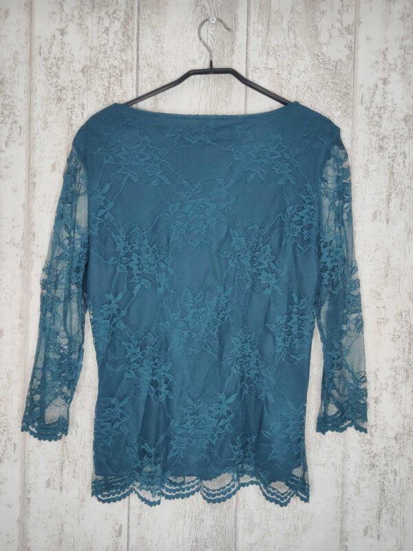Niebieska koronkowa bluzka z długim rękawem.