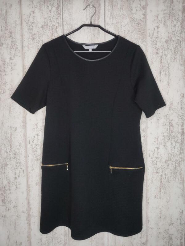 Czarna sukienka z krótkim rękawem. Ozdobne zamki (odpinają się, ale nie ma kieszeni).