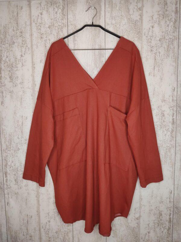 Pomarańczowa bluzka z rękawem 3/4. Wyjątkowe wycięcie w dekolcie. Dwie kieszenie z przodu. Cena z metki 34£ (ok. 182 zł)
