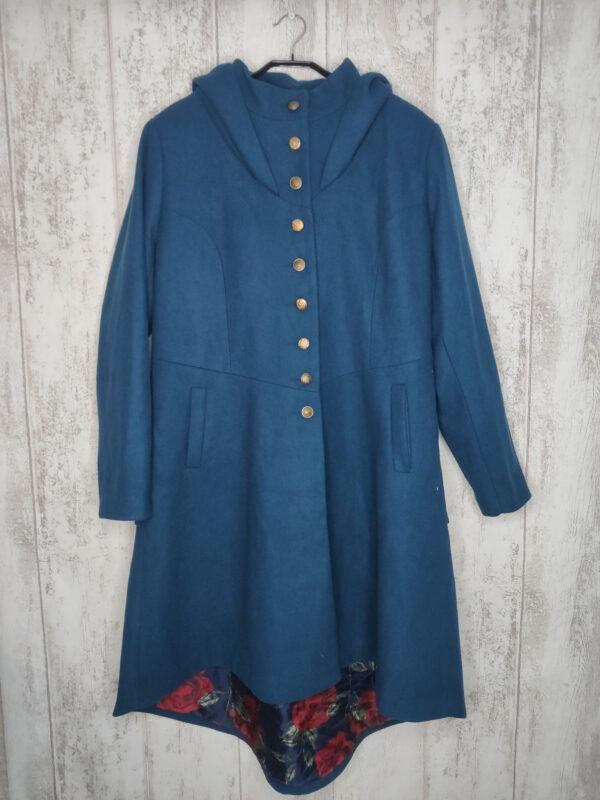 Niebieski płaszcz zapinany na guziki. Kaptur wyściełany czarnym welurem. Z tyłu wiązanie (goset), pod nim falbana. Zapasowe guziki przy metce. Podszewka z motywem róż. Cena na stronie 100£ (ok. 536 zł).