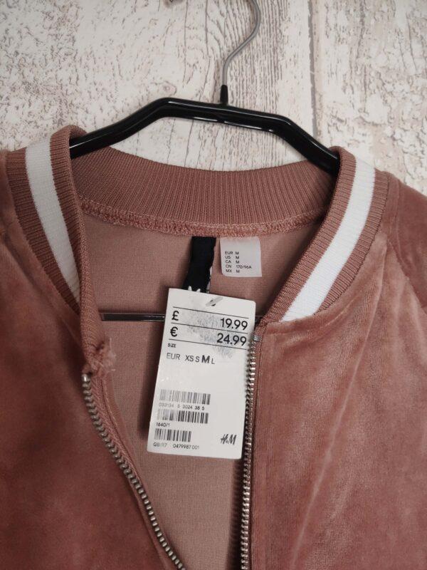 Różowa welurowa bluza z białymi wstawkami. Zapinana na zamek. Brak kieszeni.