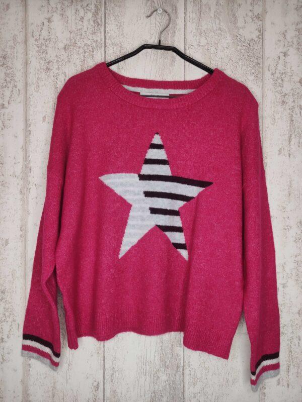Różowy sweter z gwiazdą. Przyjemny w dotyku.