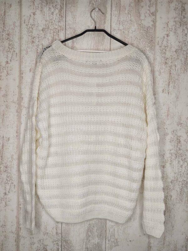 Biały pleciony sweter. Mimo że jest nowy i ma metkę, to jest wyciągniętych pare nitek.