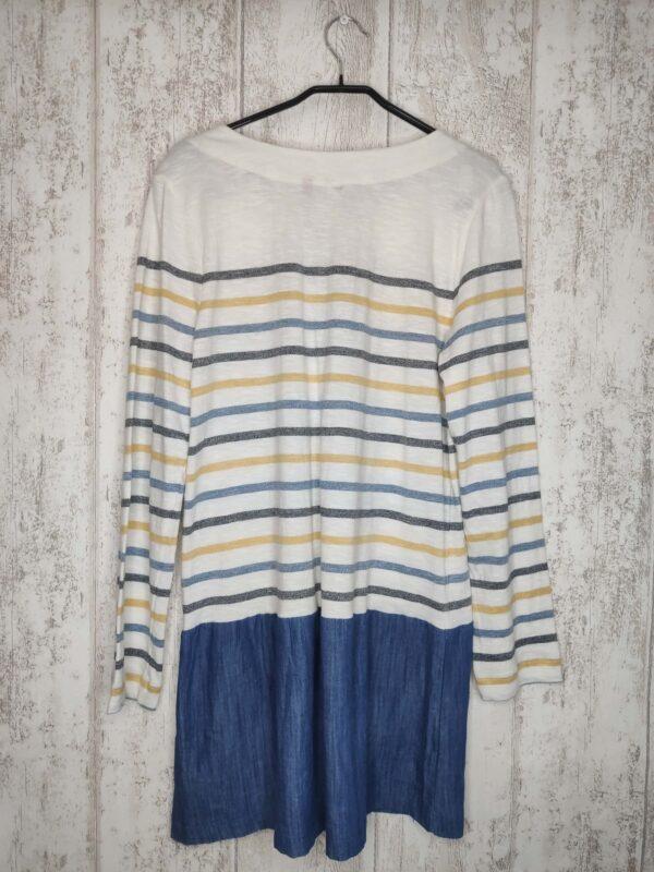 Biała sukienka w żółte, granatowe i niebieskie paski. Na dole materiałowa wstawka przypominająca z wyglądu jeans. Dwie kieszonki. Na dole po lewej wyszyte logo firmy.