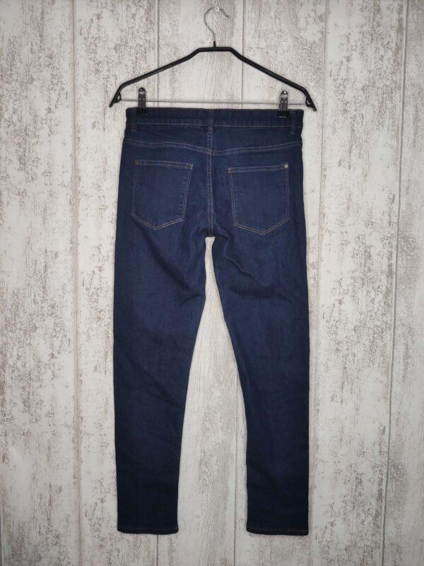 Ciemne spodnie jeansowe. Zapinane na guzik i rozporek.