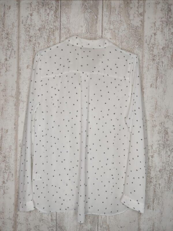 Biała koszula w czarne serduszka. Zapinana na guziki.