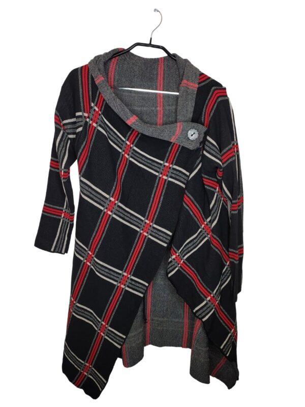 Długi sweter w biało-czerwoną kratę. Zapinany na guzik u góry.