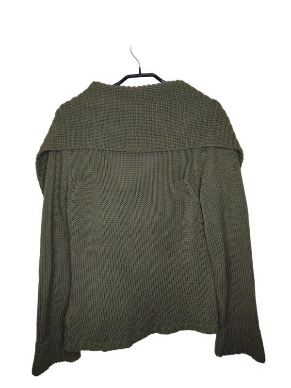 Zielony sweter zapinany na guzik u góry. Rozszerzany w rękawach. Lekko zmechacony.