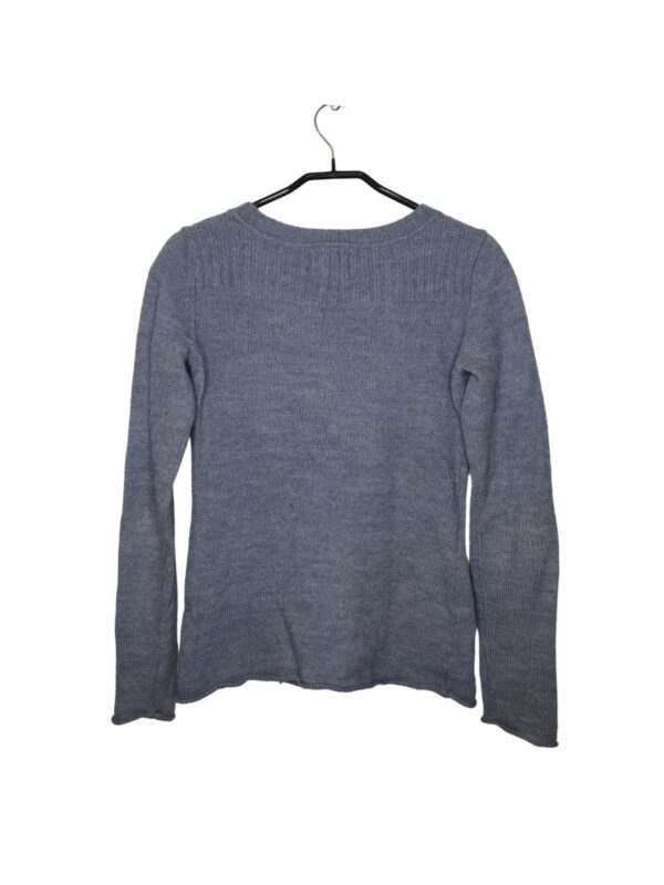 Błękitny sweterek z guzikami. Możliwość zawinięcia rękawów. Lekka plama na rękawie.