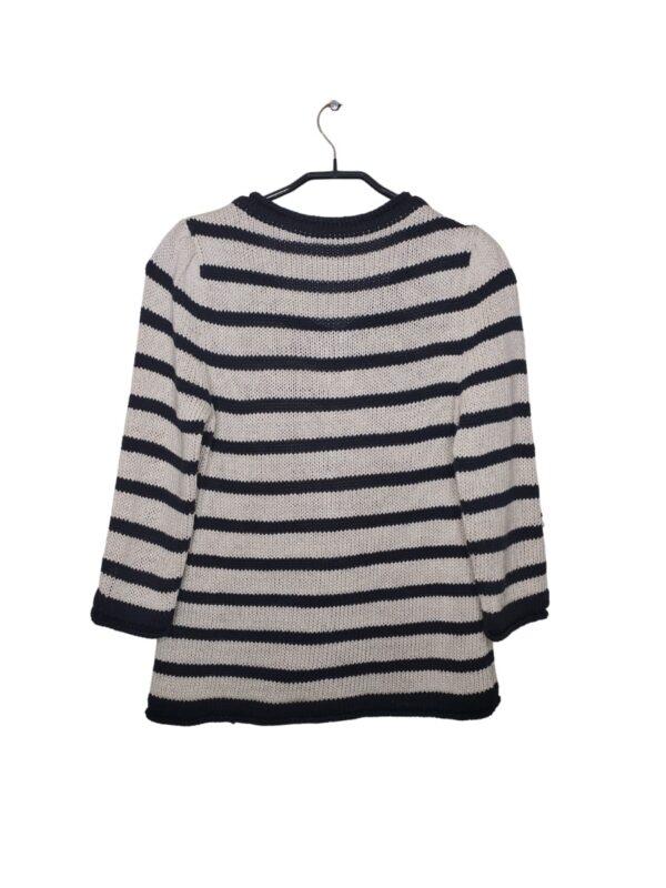 Sweter w paski zapinany na guziki. Ma oszukane kieszenie. Posiada dodatkowy guzik przy metce.