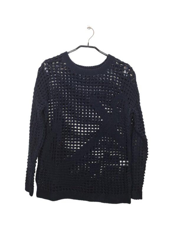 Dziurawy sweter z motywem kotwicy. Widoczne lekkie ślady noszenia.