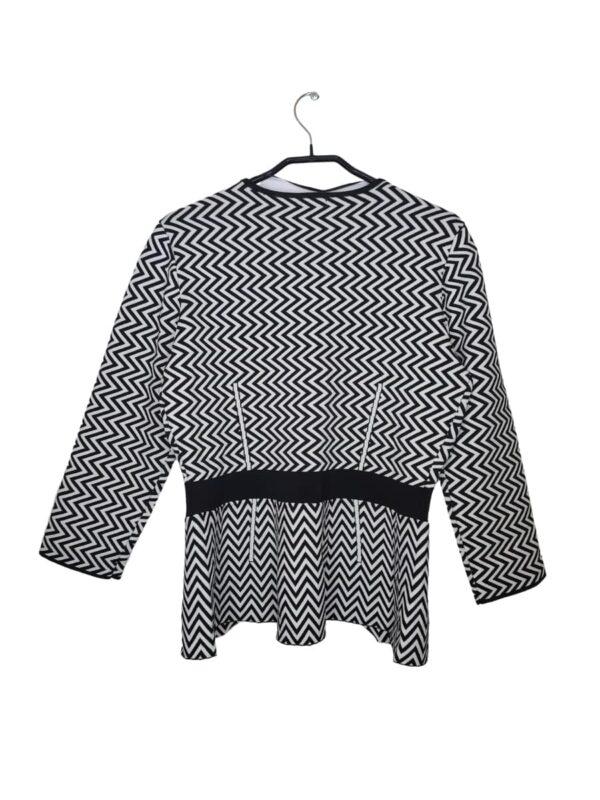 Czarno-biały żakiet z ciekawym wzorem. Zapinany na haftki.