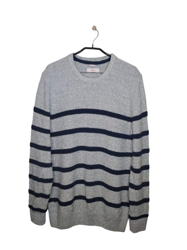 Szary, długi sweter w granatowe paski.