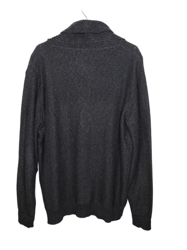 Ciemnoszary sweter zapinany na guziki.